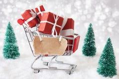Καροτσάκι με το διάστημα χιονιού και αντιγράφων δώρων Χριστουγέννων Στοκ εικόνες με δικαίωμα ελεύθερης χρήσης