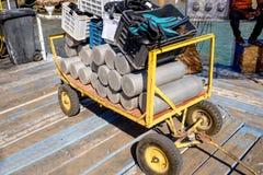 Καροτσάκι που φορτώνεται με τον εξοπλισμό κατάδυσης σκαφάνδρων Στοκ Εικόνα