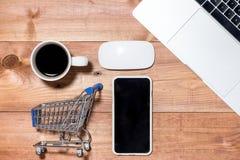 Καροτσάκι, πληκτρολόγιο, κινητές και πιστωτικές κάρτες για on-line να αγοράσει Στοκ Εικόνες