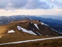 Καρπάθια βουνά 23 κάτω από το χιόνι την άνοιξη Στοκ Εικόνες