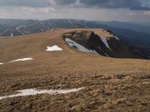 Καρπάθια βουνά 25 κάτω από το χιόνι την άνοιξη Στοκ Φωτογραφίες