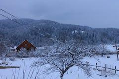 Καρπάθια βουνά στο χειμερινό σπίτι στα βουνά Στοκ Φωτογραφίες