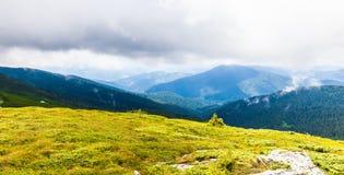 Καρπάθια διασχίζοντας intermountain τοπίων βουνών όψη της Ουκρανίας περιοχών transcarpathian Στοκ Εικόνα