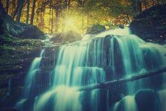 Καρπάθιο φθινόπωρο watrefall Shipot Εκλεκτής ποιότητας χρώματα στοκ εικόνες
