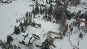 Καρπάθιο χιονοδρομικό κέντρο από ένα ύψος Πτήση πέρα από τους ανελκυστήρες Πανοραμική θέα των ανθρώπων που κατεβαίνουν στα σκι κα απόθεμα βίντεο
