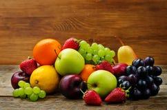 καρποί μάγκο, λεμόνι, δαμάσκηνο, σταφύλι, αχλάδι, πορτοκάλι, Apple, μπανάνα, Στοκ φωτογραφία με δικαίωμα ελεύθερης χρήσης