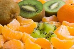 Καρποί στον πίνακα Tangerines και ακτινίδιο Στοκ Εικόνα