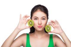 καρποί τροπικοί κατανάλωση υγιής Γοητευτική νέα ασιατική λαβή γυναικών Στοκ εικόνες με δικαίωμα ελεύθερης χρήσης