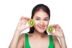 καρποί τροπικοί κατανάλωση υγιής Γοητευτική νέα ασιατική λαβή γυναικών Στοκ εικόνα με δικαίωμα ελεύθερης χρήσης