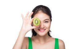 καρποί τροπικοί κατανάλωση υγιής Γοητευτική νέα ασιατική λαβή γυναικών Στοκ Φωτογραφία