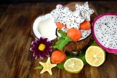 καρποί τροπικοί Papaya σφαίρες, καρύδες, ασβέστες και χαρασμένα pitahaya αστέρια Στοκ Εικόνες