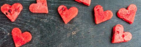 Καρπούζι ΕΜΒΛΗΜΑΤΩΝ που κόβεται στη μορφή καρδιών Διάστημα για το κείμενο Επίπεδος βάλτε τη σύνθεση άνδρας αγάπης φιλιών έννοιας  Στοκ φωτογραφία με δικαίωμα ελεύθερης χρήσης