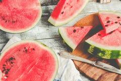 Καρπούζι και κομμάτια των φρούτων σε ένα ξύλινο υπόβαθρο Antioxida Στοκ Φωτογραφία