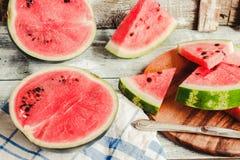 Καρπούζι και κομμάτια των φρούτων σε ένα ξύλινο υπόβαθρο Antioxida Στοκ Φωτογραφίες