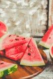 Καρπούζι και κομμάτια των φρούτων σε ένα ξύλινο υπόβαθρο Antioxida Στοκ φωτογραφία με δικαίωμα ελεύθερης χρήσης
