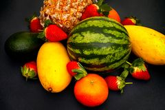 Καρπούζι, μάγκο, φράουλα, μανταρίνι, ανανάς και αβοκάντο ο στοκ εικόνα