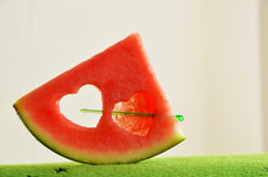 Καρπούζι που κόβεται σε μια μορφή καρδιών Στοκ Φωτογραφία