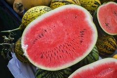 Καρπούζι που κόβεται στο μισό στην αγορά Στοκ Εικόνες