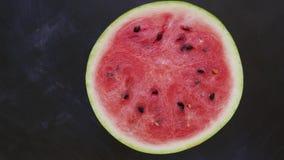 Καρπούζι που περιστρέφει τα τεμαχισμένα φρούτα απόθεμα βίντεο