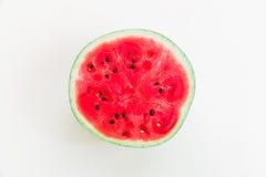 Καρπούζι στην άσπρη ανασκόπηση Επίπεδος βάλτε Τοπ όψη ικανοποιημένο καρπού καλοκαίρι σπόρου ροδιών κόκκινο Στοκ εικόνα με δικαίωμα ελεύθερης χρήσης