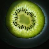Καρπός ακτινίδιων αποκοπών Πολτός και σπόροι των φρούτων στοκ εικόνες με δικαίωμα ελεύθερης χρήσης