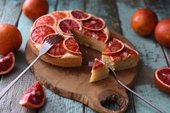 καρπός κέικ σπιτικός Κέικ πορτοκαλιών αίματος που κόβεται στο δρύινο πίνακα στο shabb Στοκ εικόνες με δικαίωμα ελεύθερης χρήσης