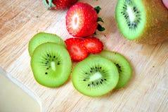 Καρπός και φράουλα ακτινίδιων Στοκ φωτογραφία με δικαίωμα ελεύθερης χρήσης