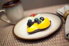 Καρπός ξινός σε ένα πιάτο Στοκ εικόνες με δικαίωμα ελεύθερης χρήσης