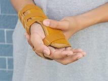 Καρπός-στήριγμα-με-νάρθηκας που τίθεται στο αριστερό χέρι του αγοριού Αφότου έσπασε το βραχίονά του με ένα ατύχημα Στοκ Εικόνες
