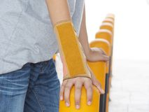 Καρπός-στήριγμα-με-νάρθηκας που τίθεται στο αριστερό χέρι του αγοριού Αφότου έσπασε το βραχίονά του με ένα ατύχημα Στοκ φωτογραφία με δικαίωμα ελεύθερης χρήσης