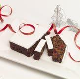 καρπός Χριστουγέννων κέικ που παγώνεται Στοκ Φωτογραφίες