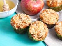 Καρυκευμένα muffins μήλων με το ψίχουλο Στοκ φωτογραφία με δικαίωμα ελεύθερης χρήσης