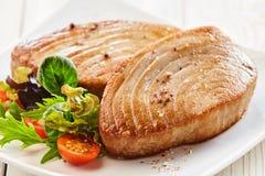 Καρυκευμένες μπριζόλες τόνου στο πιάτο με τη φρέσκια σαλάτα στοκ φωτογραφίες με δικαίωμα ελεύθερης χρήσης