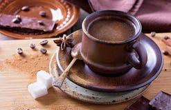Καρυκευμένος καφές στο κεραμικό φλυτζάνι Στοκ Εικόνες