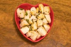 Καρυκευμένος/τα τηγανητά αδρανώς εξυπηρετημένος σε ένα πιάτο για την κατανάλωση Στοκ Εικόνες
