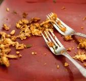 Καρυκευμένο ασιατικό τεμαχισμένο κοτόπουλο στο κόκκινο πιάτο με δύο δίκρανα Στοκ Εικόνα