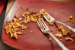 Καρυκευμένο ασιατικό τεμαχισμένο κοτόπουλο στο κόκκινο πιάτο με δύο δίκρανα Στοκ φωτογραφία με δικαίωμα ελεύθερης χρήσης