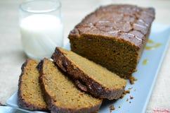 Καρυκευμένο κολοκύθα κέικ με το γάλα στοκ εικόνα με δικαίωμα ελεύθερης χρήσης