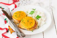 Καρυκευμένο πορτοκαλί κοτόπουλο ψητού με το ρύζι, ατμόσφαιρα Χριστουγέννων Στοκ φωτογραφίες με δικαίωμα ελεύθερης χρήσης