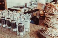 καρυκεύματα βάζων γυαλ&iota Στοκ φωτογραφία με δικαίωμα ελεύθερης χρήσης