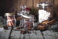 καρυκεύματα βάζων γυαλ&iota Στοκ εικόνες με δικαίωμα ελεύθερης χρήσης