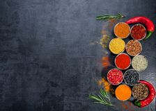 Καρυκεύματα ζωηρόχρωμα καρυκεύματα Κάρρυ, σαφράνι, turmeric, κανέλα και otheron ένα σκοτεινό συγκεκριμένο υπόβαθρο Πιπέρι Μεγάλη  Στοκ Εικόνες