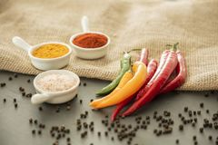 Καρυκεύματα και ζωηρόχρωμα πιπέρια στον πίνακα με peppercorns Arra τροφίμων Στοκ Εικόνες