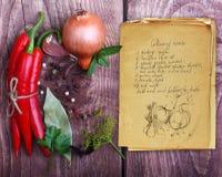 Καρυκεύματα και παλαιό βιβλίο συνταγής Στοκ φωτογραφίες με δικαίωμα ελεύθερης χρήσης