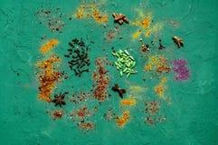 Καρυκεύματα και συστατικά στο συγκεκριμένο υπόβαθρο Χορτοφάγα τρόφιμα, κατάταξη των ινδικών καρυκευμάτων κλείστε επάνω, αντιγράψτ στοκ φωτογραφία με δικαίωμα ελεύθερης χρήσης