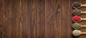 Καρυκεύματα και χορτάρια στον ξύλινο πίνακα ως υπόβαθρο για το σχέδιο του pac στοκ εικόνες με δικαίωμα ελεύθερης χρήσης