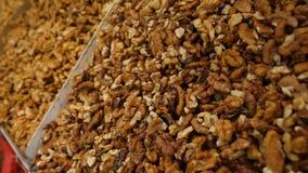 Καρυκεύματα, καρύδια, ξηροί καρποί στην επίδειξη στην αγορά στο μετρητή, 4k, σε αργή κίνηση απόθεμα βίντεο