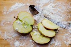 Καρυκεύματα μήλων, στο αλεύρι σε έναν τέμνοντα πίνακα Στοκ εικόνες με δικαίωμα ελεύθερης χρήσης