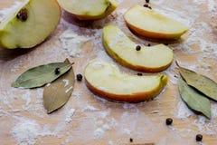 Καρυκεύματα μήλων, στο αλεύρι σε έναν τέμνοντα πίνακα Στοκ Φωτογραφίες