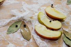 Καρυκεύματα μήλων, στο αλεύρι σε έναν τέμνοντα πίνακα Στοκ Εικόνα